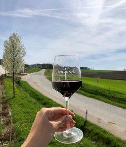 čeervené víno Tajna